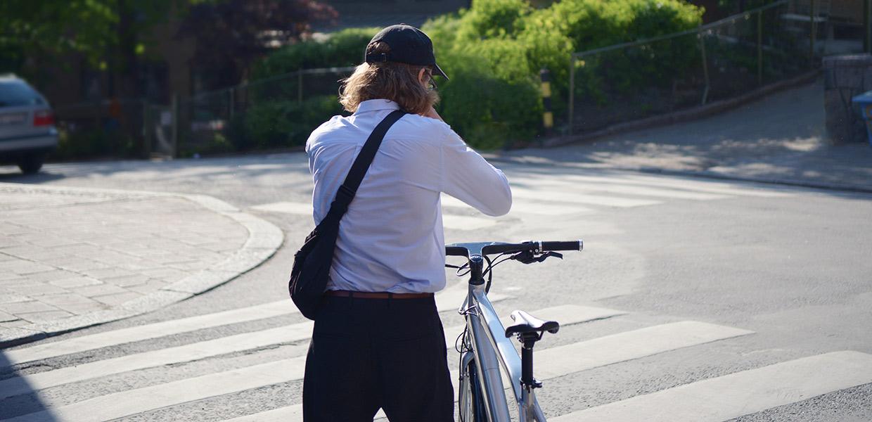 Bild på kille med cykel på övergångsställe