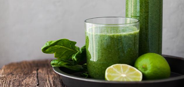 Bild på ett glas med grön juice.
