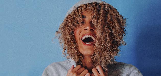Bild på en tjej som skrattar