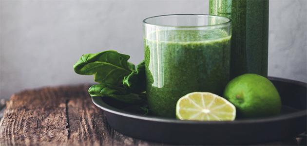 Bild på ett glas med en grön smoothie.
