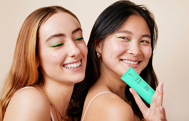 Bild på två kvinnor med en BYBI produkt