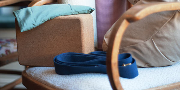 Bild på yogaredskap i en stol