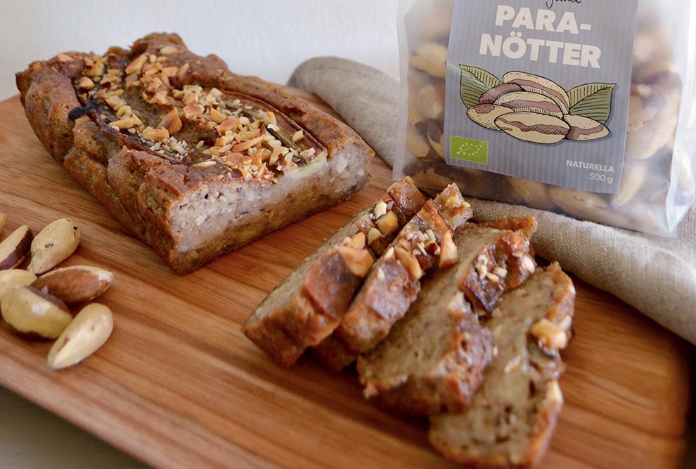 Bild på ett bananbröd toppat med Happy Greens ekologiska paranötter.