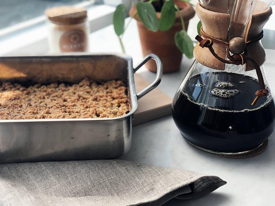 Bild på rabarberpaj i ugnsform tillsammans med en kaffebryggare från Chemex.