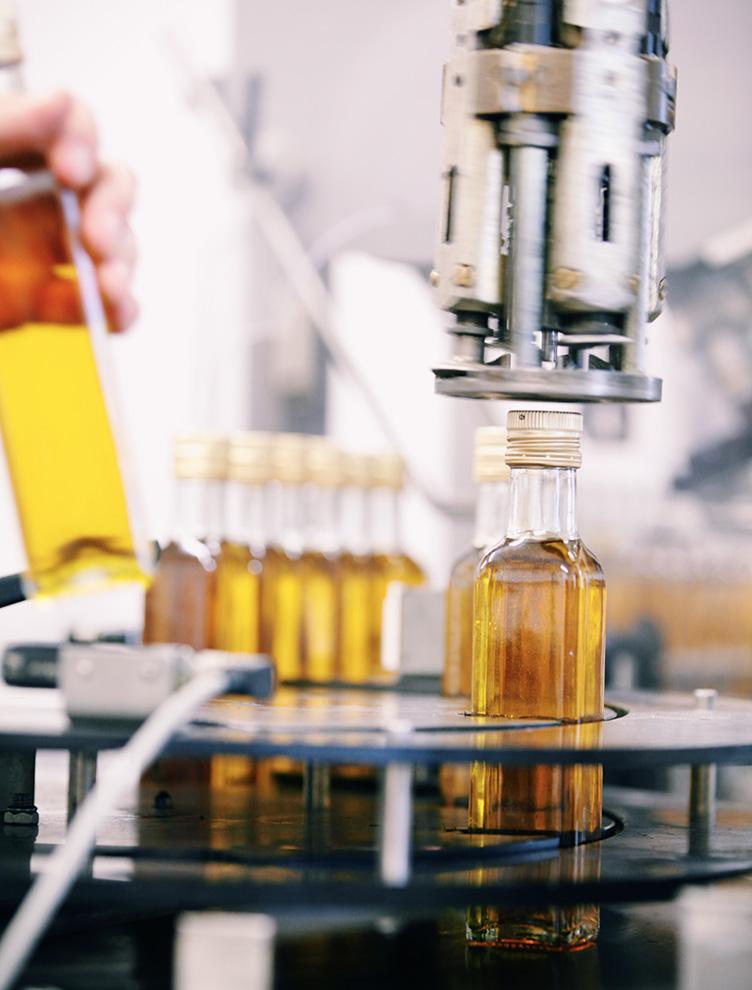 Olja från Gunnarshögs Gård tappas på flaskor