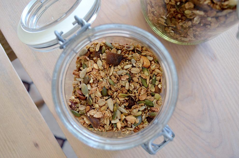 Bild på granola upphälld i en glasburk
