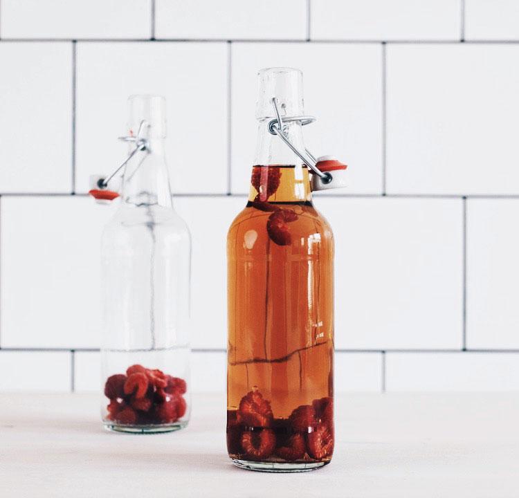 Bild på två flaskor hemmagjord kombucha smaksatt med hallon.
