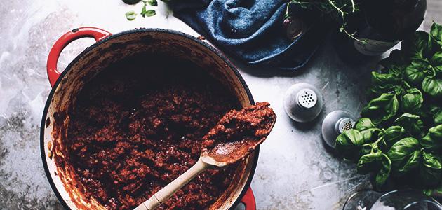 Bild på en gryta med vegetarisk köttfärssås.