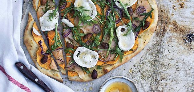 Bild pizza med päron chevré och mandlar