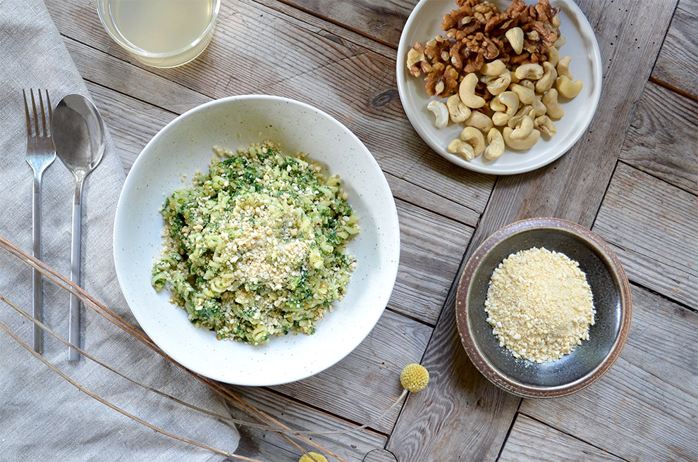 Bild på ett matbord med en tallrik pasta med vegansk parmesan.