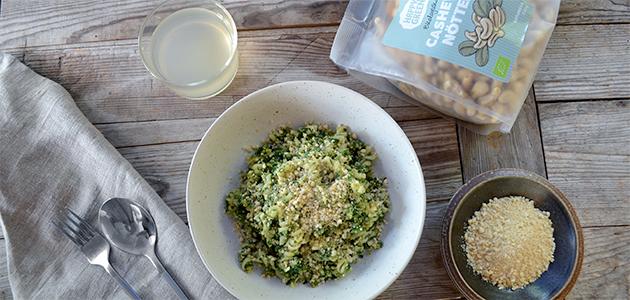 Bild på Happy Greens ekologiska cashewnötter tillsammans med en skål vegansk parmesan.