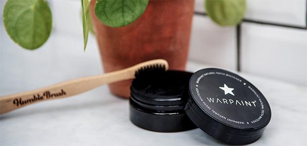 Bild på en burk med Warpaint och en tandborste.
